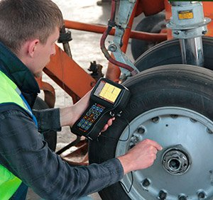 Manual eddy-current testing of aircraft wheels with Eddycon C